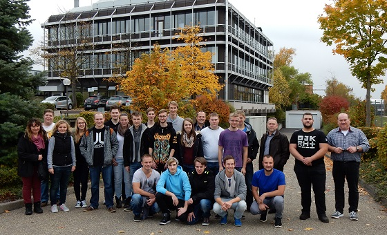 In front of STIHL EBERLE trainees take place for a foto
