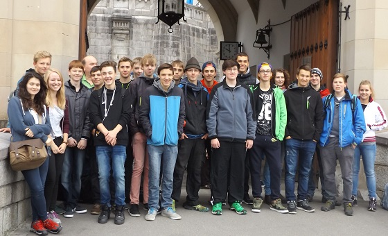 Trainees from EBERLE and EBERLE Rieden stay in front of the towngate of Füssen